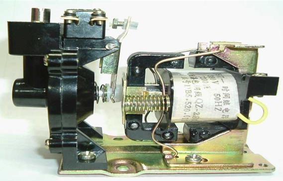 1线圈2静铁心3衔铁4反力弹簧5推板6活塞杆7杠杆8塔形弹簧   9弱弹簧10橡皮膜11空气室壁12活塞13调节螺钉14进气孔   15微动开关(延时)16微动开关(不延时)17微动按钮   空气阻尼式时间继电器的结构   时间继电器是由电磁系统、触头系统、气室及传动机构等部分组成。