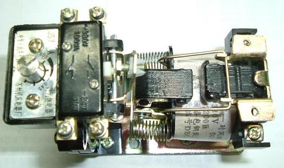 2、空气阻尼式断电延时时间继电器工作原理   当线圈通电后,电磁机构活动衔铁克服反力弹簧的阻尼,与静铁芯吸合,活动衔铁推动推杆压缩宝塔弹簧,推动活塞杆向右移动至右限位,同时杠杆随着运动,使微动开关动作,使常闭触头瞬时断开,常开触头瞬时闭合。   当线圈断电后,电磁机构活动衔铁在反力弹簧作用下,与静铁芯分开,释放空间,活塞杆在宝塔弹簧作用下向左移动,空气由进气孔进入气囊,经过一段时间后,活塞杆完成全部行程,通过杠杆压动微动开关,使常闭触头延时闭合,常开触头延时断开。 空气阻尼式时间继电器外形尺寸